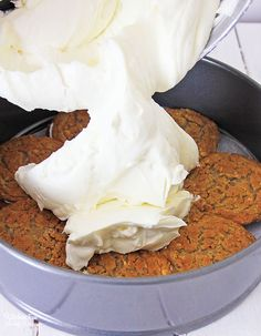 Growing up, oatmeal creme pies were what dreams were made of. Delicious and the perfect homemade treat. But we've recently revamped this recipe to turn that beloved taste into an Oatmeal Creme Pie Cheesecake. No Bake Desserts, Just Desserts, Delicious Desserts, Dessert Recipes, Yummy Food, Snack Recipes, Pie Dessert, Eat Dessert First, Oatmeal Creme Pie