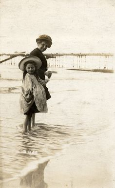 Lovely Vintage Photographs Captured Everyday Life of Children at Beaches in Edwardian Era