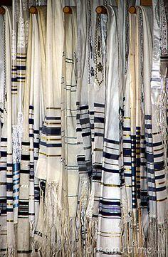 jewish-prayer-shawls-tallit-10751019.jpg (294×450)