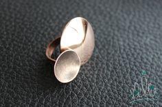 ANEL ESPELHO #169 anel em cobre fosco e brilhante. O contraste de texturas representa a possibilidade de viver lado a lado mesmo sendo, às vezes, tão diferentes.