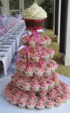 Want a twist on a traditional wedding cake? How about wedding cupcakes. Gorgeous and easy to cut!