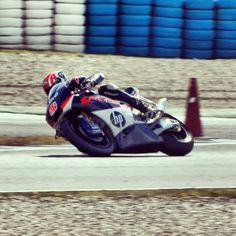 Axel Pons cogiendo una curva del Circuito de Jerez.