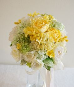 陽気でさわやか! イエロー×グリーンの ウェディングブーケ by 佐々木一重 フラワー Yellow Bouquets, Fall Bouquets, Wedding Bouquets, Yellow Wedding, Floral Wedding, Wedding Flowers, Bear Wedding, Bouquet Wrap, Wedding Decorations