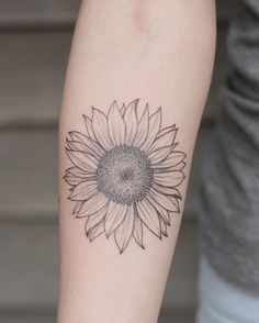Sunflower Tattoo: Amazing ideas to get inspired! - The sunflower tattoo is beautiful, but it is not only for its aesthetic beauty that it is so reques - Sunflower Tattoo Meaning, Sunflower Tattoo Simple, Sunflower Tattoo Sleeve, Sunflower Tattoo Shoulder, Sunflower Tattoos, Sunflower Tattoo Design, Small Sunflower, Wolf Tattoos, Finger Tattoos