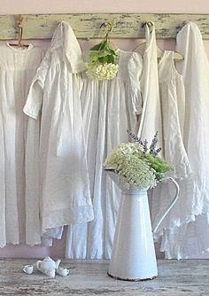 new theme shabby white cottage Cottage Shabby Chic, Shabby Chic Vintage, Style Shabby Chic, White Cottage, Shabby Chic Decor, Cottage Style, Vintage Decor, Vintage Display, Romantic Cottage