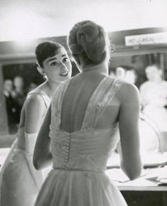 Audrey Hepburn and Grace Kelly backstage at the 1956 Oscars <3