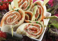 Mini wraps with creamchees and salmon. Party Food And Drinks, Snacks Für Party, Lunch Snacks, Tapas, Bon Ap, High Tea, My Favorite Food, Finger Foods, Food Inspiration