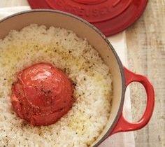トマトごはんの作り方 トマト 1個 米 1と1/3カップ強 野菜だし※ (スープのみ) 300ml *チキンブイヨンでも代用できます 塩 小さじ1/3 あらびき黒こしょう 適量 オリーブオイル