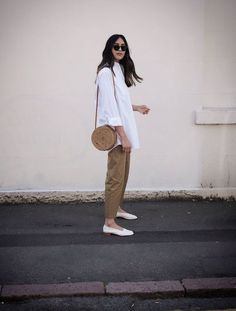 This Is How the Coolest Minimalists Dress for Summer - - Minimalist Summer Outfits: Ume-Romaan in a pair of chinos and oversized white shirt Source by chalims Camisa Oversized, Oversized White Shirt, Oversized Shirt Outfit, August Outfits, Spring Outfits, White Summer Outfits, Mode Outfits, Casual Outfits, Fashion Outfits