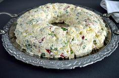 ΥΛΙΚΑ 800 γρ. (3 κούπες) βρασμένες πατάτες, τεμαχισμένες σε κυβάκια 6 λωρίδες μπέικον 4 μικρά αγγουράκια πίκλες, τουρσί ½ κόκκινη πιπεριά ½ πράσινη πιπεριά 3 – 4 κλοναράκια μαϊντανό, ψιλοκομμένο 3 φρέσκα κρεμμυδάκια, ψιλοκομμένα 25 γρ. κεφαλογραβιέρα, τριμμένη αλάτι πιπέρι Για τη σως:  200 γρ. κρέμα τυρί 3 κ. σ. γεμάτες μαγιονέζα 1 κ. γ. γεμάτη μουστάρδα 4 κ. σ. ελαιόλαδο 3 κ. σ. ξύδι 4 κ. σ. χυμό λεμονιού Salad Recipes, Snack Recipes, Cooking Recipes, Appetizer Recipes, Dinner Recipes, Snacks, Xmas Food, Christmas Cooking, Cyprus Food