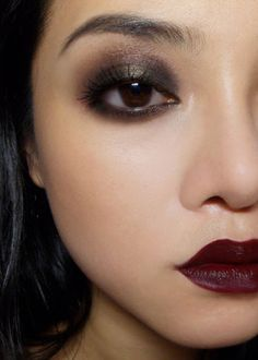 Easy 20's-inspired Siren Look A dark lip and dramatic eye can be overly-dramatic when paired together, but if you're going to be dressing up as a flapper girl for either Halloween or any other fancy occasion, this is a simple look that can help you channel the 20's with minimal fuss. Regardless of skin tone, what you'll need are: Matte foundation and powder Black shadow (matte) Dark russet/wine shadow (shimmery) Contouring powder (matte) Very dark black-purple or black-b