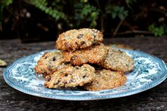SNACK petite kitchen: BANANA BREAKFAST COOKIES 2 ripe bananas 4 tbsp almond butter (or any nut butter) 2 tbsp honey 2 tbsp coconut oil cup shredded coconut cup pumpkin seeds cup sunflower seeds cup sesame seeds cup raisins 2 tsp pure vanilla extract Banana Breakfast Cookie, Paleo Breakfast, Breakfast Recipes, Breakfast Muffins, Breakfast Ideas, Real Food Recipes, Cooking Recipes, Yummy Food, Primal Recipes