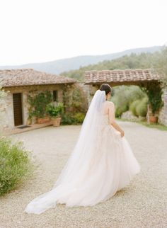 Pretty gown: http://www.stylemepretty.com/2014/08/04/intimate-destination-wedding-in-tuscany/ | Photography: Maris Holmes - http://www.marisaholmesblog.com/