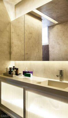 O banheiro da suíte, criado na reforma, ganhou armários com portas de policarbonato.