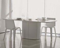 Tavolo ristorante modello Aero, tavolo che può collocarsi in qualsiasi contesto d'arredo. Tavolo con base in acciaio laccato, piano in vetro temperato.