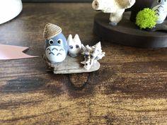 100均紙粘土で作った小さなトトロ、粘土を雫💧型に作り尖った部分を挟みで少し切り込みを入れます。その部分は、トトロの耳👂になります Photo And Video, Instagram