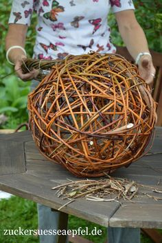 Willow Weaving, Basket Weaving, Fun Crafts For Kids, Diy And Crafts, Willow Tree Art, Wire Crafts, Nature Crafts, Homemade Crafts, Handicraft