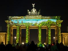 Brandenburger Tor in Berlin während des Festival of Lights im Oktober 2013, vom Pariser Platz aufgenommen. Brandenburg Gate in Berlin, October 2013