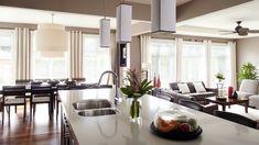 Les nombreux rangements encastrés permettent de dégager les surfaces  | Photo: Yves Lefebvre #deco #cuisine