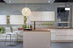 Moderne, weitläufige Einbauküche mit Kochinsel und Tischhaube