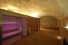 Las instalaciones se adaptan a la perfección en espacios donde la arquitectura tiene un gran peso estético, como en el Hotel Molí del Mig, un espacio singular que reboza naturaleza y personalidad. En este ambiente exclusivo el baño de vapor, con frontal acristalado y cromoterapia combinada con cielo estrellado, las duchas de hidroterapia y spa fijo se integran con una elegancia exquisita. #inbeca #inbecawellness Saunas, Singular, Wellness, Home Decor, Ideas, Chromotherapy, Environment, Spa Bathrooms, Showers