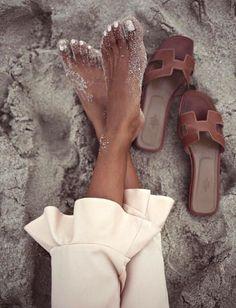 Ces sandales Hermès incarnent à elles seules l'idée de nonchalance chic (photo Sincerely Jules) https://tmblr.co/ZnVlHd2OD7XUq
