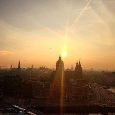 O #pordosol me #Amsterdam!  Daqui do #skylounge a vista é #lindissima! _________________________________________ Segue la no #snapchatbrasil @em_roma  _________________________________________ #skylounge #viajante #viajando #vacanze #viajar #europa #eurotrip #sunset #tramonto #traveling #europe #holanda #holanda