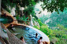Tolantongo o las grutas de Tolantongo, son un conjunto de cuevas situadas en el municipio del Cardonal, Estado de Hidalgo, México. Piscinas de aguas termales de una belleza asombrosa, como podéis apreciar en las siguientes imágenes.
