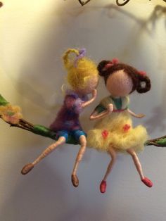 Two nice little girls are in the swing. One transfers to another big secret! They are very gentle and naive ... and live in a world full of light and colors, smells and flowers. Lovely decor in your home! And maybe a surprise? Height of about 25 cm. To use a natural branch of jasmine.
