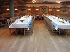 """Der Festsaal im """"Hotel & Gasthof Schatten"""" mit 60 bis 200 Sitzplätzen und Bühne bietet einen idealen Rahmen für größere Veranstaltungen aller Art. Ob Hochzeit, Tagung, Vereins-versammlung, Firmen- oder Weihnachtsfeier sowie Musikantentreffen – die räumliche und technische Ausstattung wird allen Ansprüchen gerecht."""