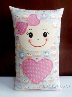 Resultado de imagem para naninha com carinha de menina - Doll Patterns, Sewing Patterns, Sewing Crafts, Sewing Projects, Fabric Animals, Doll Quilt, Sewing Dolls, Kids Pillows, Valentine Crafts