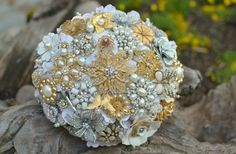 If only brooches weren't super expensive...   Not into fresh #flowers on your #wedding day? Think about a brooch bouquet, perfect addition to #vintage #decor.