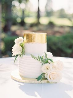 Elegant small gold wedding cake with flowers | #weddingcake #weddingcakes #weddingcakeideas #elegantweddingcake #goldweddingcake #weddingideas #goldweddingcake