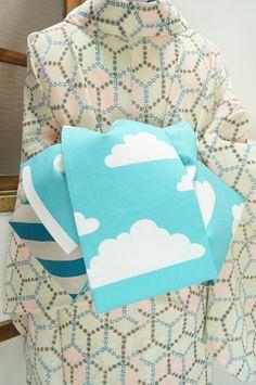 空色とアッシュベージュの大胆斜めボーダーと、ふわふわ雲の模様がリバーシブルになった、姉妹屋オリジナル半幅帯です。 Obi One, Modern Kimono, Kimono Pattern, Kimono Fabric, Traditional Clothes, Yukata, Japanese Kimono, Hanfu, Beautiful Patterns