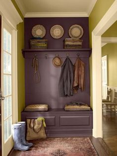 Purple is a great accent color for a wall! Foyer Bench, Entryway, Diy Interior, Paint Cans, Heim, Vintage Rugs, House Painting, Mudroom, Decorating Tips