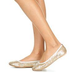 Ambiance glitter avec cette ballerine réalisée par la marque Betty London ! On portera ce modèle pour apporter un peu de peps à toutes nos tenues du quotidien. Il revendique une tige et une doublure en cuir ainsi qu'une semelle de propreté en tissu et une semelle extérieure en matière synthétique. - Couleur : Or - Chaussures Femme 39,19 €