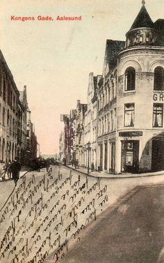 Aalesund. Kongens gade med folk og butikker. St.1918