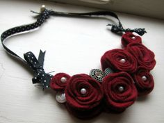 Artículos similares a Red Felt Rose Flower Bib Necklace en Etsy Textile Jewelry, Fabric Jewelry, Beaded Jewelry, Handmade Jewelry, Felt Necklace, Fabric Necklace, Diy Necklace, Rose Necklace, Necklaces