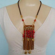 Colar feito com casvalho natural coral, couro,correntes e abs dourados e strass. R$ 12,00