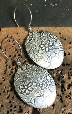Chemical and electro-etching can be used by jewelers to add detailed patterns to the surfaces of their designs. Today, The Studio compares these two jewelry etching methods.