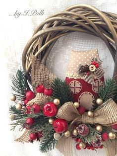 Купить или заказать Новогодний венок. Время чудес. в интернет-магазине на Ярмарке Мастеров. Приближаются самые волшебные праздники - время чудес!) Новогодний венок из лозы с ягодами шиповника, яблочками, сахарными гранатиками и счастливым домиком наполнит ваш дом ощущением предстоящих чудес. Венок выполнен в классическом рождественском стиле, можно повесить на дверь, или на стену, подарить самым близким и дорогим.