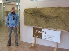 Jens-Uwe Scholz bei einer Ausstellung 2009 mit einem Fossil (www.scholz-art.de)
