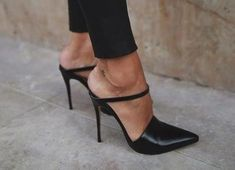 Mule Pumps for Spring 2020 Dream Shoes, Crazy Shoes, Me Too Shoes, Pretty Shoes, Beautiful Shoes, Hot Shoes, Shoes Heels, Black Shoes, Frauen In High Heels