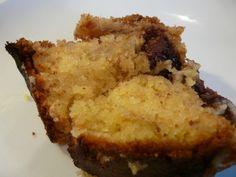Gâteau Banane - Chocolat : 4 oeufs 150 g du sucre 150 g de beurre 200 g de farine 1 sachet de levure chimique 2 bananes 100 g de chocolat en pépites ou petits carreaux cassés