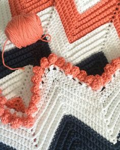 The best way to stay warm but fashionable is to get a chevron crochet blanket. A chevron crochet blanket is a timeless graphic pattern that is consist. Motifs Afghans, Crochet Motifs, Crochet Geek, Crochet Borders, Crochet Crafts, Crochet Stitches, Crochet Projects, Free Crochet, Crochet Daisy