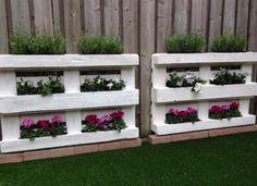 Sehe dir das Foto von Bluemchen mit dem Titel Tolle Idee wenn man einen langweiligen Zaun etwas auffrischen möchte und noch Paletten ürbig hat. Einfach Paletten Blumenkasten bauen und andere inspirierende Bilder auf Spaaz.de an.