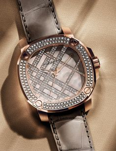 Burberry The Britain Icon Check for women, which is made exclusively to order.