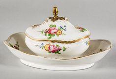 PARIS.   Sucrier en porcelaine à décor floral polychrome. Prise