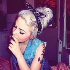 Must perfect the bandana for keeping my hair off my neck this summer Bandana Headband Hairstyles, Cute Hairstyles, Psychobilly, Estilo Pin Up, Corte Y Color, Up Girl, Hair Dos, Her Hair, Hair Inspiration