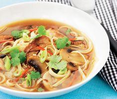 Smakrik asiatisk kycklingsoppa med underbara smaker av champinjoner, vitlök och färskriven ingefära. Med chilifrukt bestämmer du själv vilken hetta din soppa ska ha. Toppa soppan med krispig strimlad salladslök. En het och smakrik soppa. Ramen, Love Food, Noodles, Food And Drink, Yummy Food, Asian, Ethnic Recipes, Om, Thailand